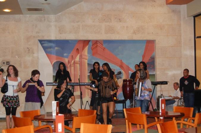 Grupo de salsa se apresentando no bar do hotel - bem