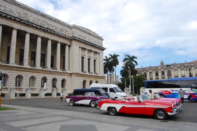 Carros antigos estacionados perto do Capitólio, em Havana Velha. Foto: Débora Costa e Silva