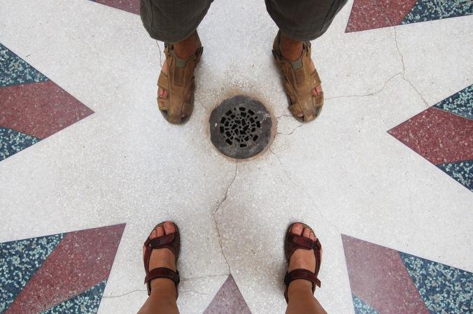 Eu, Daniel e nossas papetes (quase) centralizadas no salão do Museu de la Revolución. Foto: Débora Costa e Silva