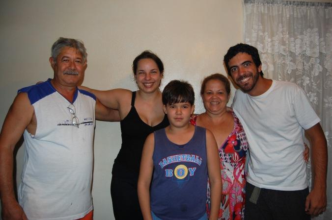 Eu e o Daniel com Paco (com medo de abraçar), Sandra e um de seus filhos
