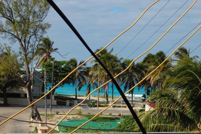 Vista da varanda da pousada. Dava pra ver o mar, mesmo atrás de toda essa fiação. Foto: Débora Costa e Silva
