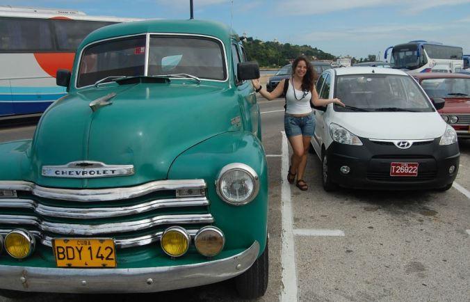 O velho e o novo:  tem carro de tudo quanto é idade em Cuba. Foto: Daniel Ribeiro