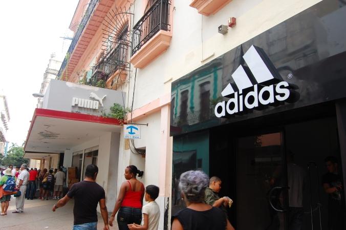 Lojas da Adidas e da Puma no centro de Havana. Foto: Débora Costa e Silva