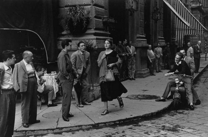 American Girl in Italy. Foto: Ruth Orkin, publicada na revista Cosmopolitan em 1952 (via Revista ZUM)