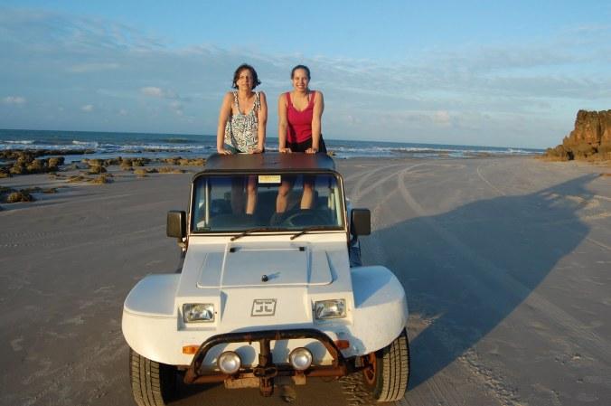 Nós duas no bugue durante o passeio pelas praias próximas a São Miguel do Gostoso (RN). Foto: Arquivo pessoal