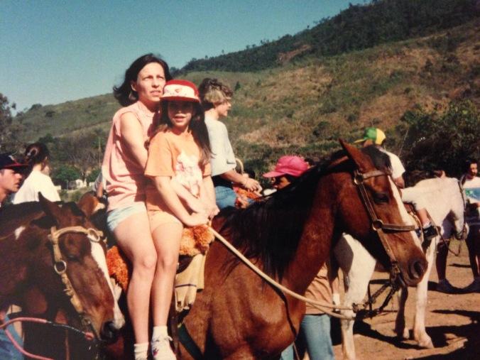 Eu e minha mãe (animadona, como pode-se ver) posando no cavalo. Foto: Arquivo pessoal