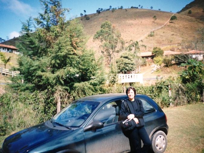 Minha mãe e o Corsa verde que tínhamos em algum canto de Santo Antonio do Pinhal (SP), em 2003. Foto: Débora Costa e Silva