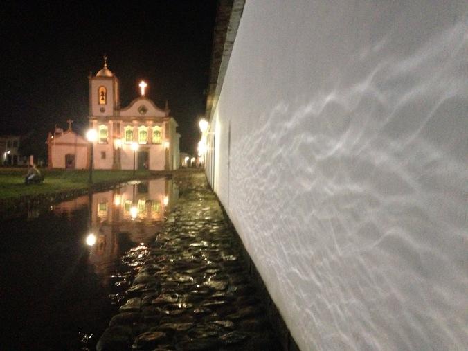 Mas aí encontramos essa igreja e a rua parecia um rio!