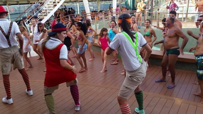 Jacque, de vermelho, dançando e animando a galera do navio