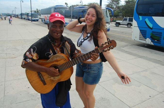 Um clássico de Cuba: músicos de rua que, não contentes em tocar o instrumento, também vão atrás de mulheres turistas entoando canções românticas e elogiosas. O jeito foi dar risada e fazer uma foto, porque o escândalo foi tanto que fiquei com vergonha! Deu vontade de pagar só para ele parar, coitado. Foto: Daniel Ribeiro
