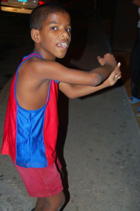Miguel, de 9 anos, gastou um tempão conversando com a gente, ensinando uns passos de reggaeton e posando para as fotos. Super querido. Foto: Débora Costa e Silva