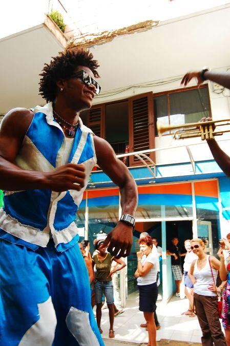 Desfile carnavalesco nas ruas de Havana, com direito a banda de sopro e dançarinos em pernas de pau. Foto: Débora Costa e Silva