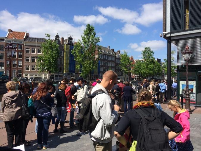 Fila para entrar na Casa-Museu de Anne Frank. Foto: Débora Costa e Silva