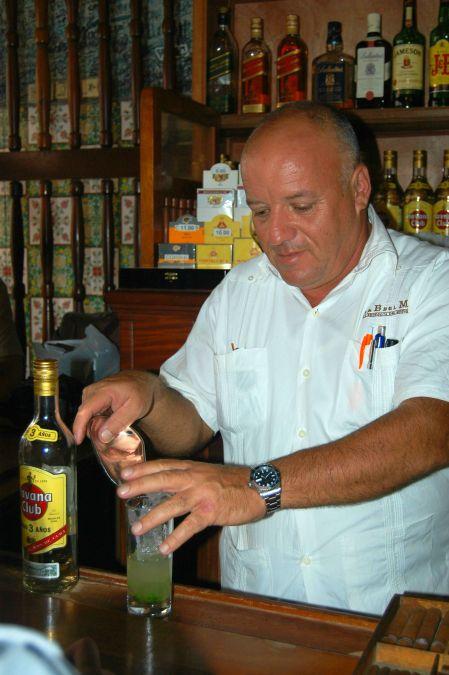 Barman do mítico La Bodeguita del Medio, em Havana, onde dizem ter o melhor mojito da ilha. Foto: Débora Costa e Silva