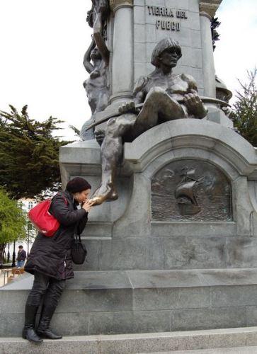 Na praça central de Punta Arenas, tem essa estátua de um índio. Dizem que para voltar ao destino, e preciso beijar seu pé. E não é que voltei? :P