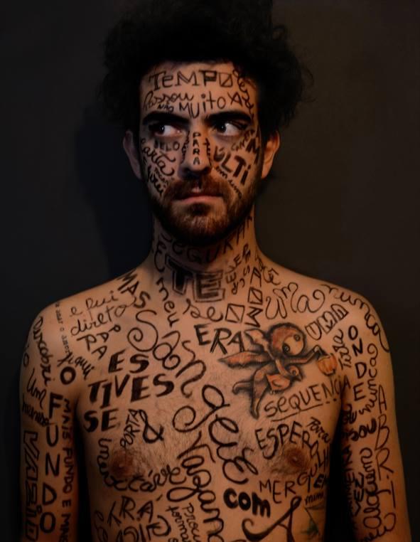 """Texto """"Selado"""", do Daniel Ribeiro, espalhado pelo corpo em trabalho fotográfico/artístico da Mariana Lacanna"""