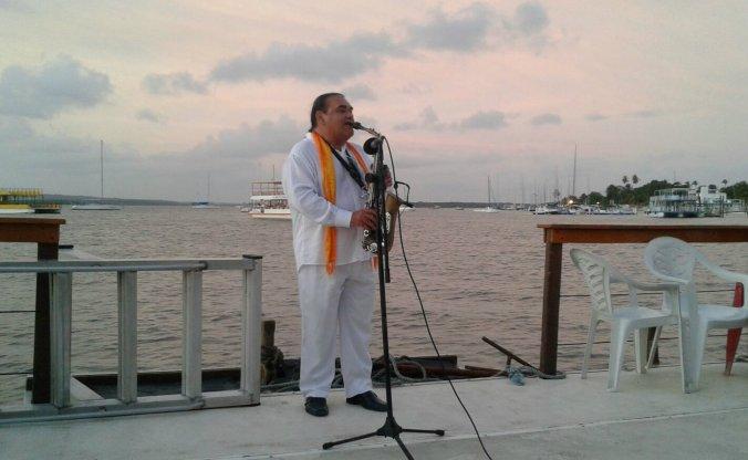 Jurandir do Sax se apresenta no catamarã da Lucky Receptivo na Praia do Jacaré. Foto: Débora Costa e Silva