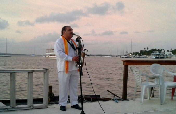 Jurandir do Sax se apresentando no catamarã. Foto: Débora Costa e Silva