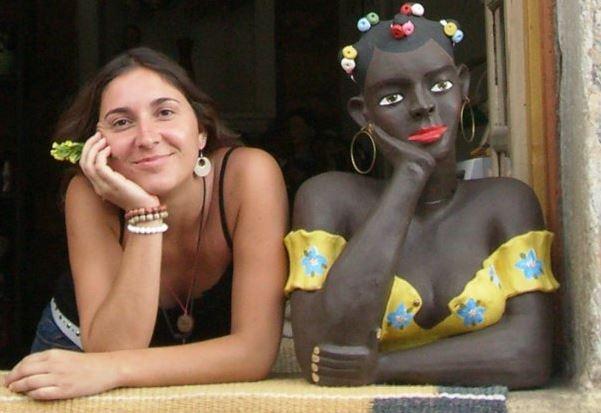 """Carol na janela ao lado de uma estátua """"namoradeira"""" em algum canto do Brasil, em 2007. Foto: Arquivo pessoal"""