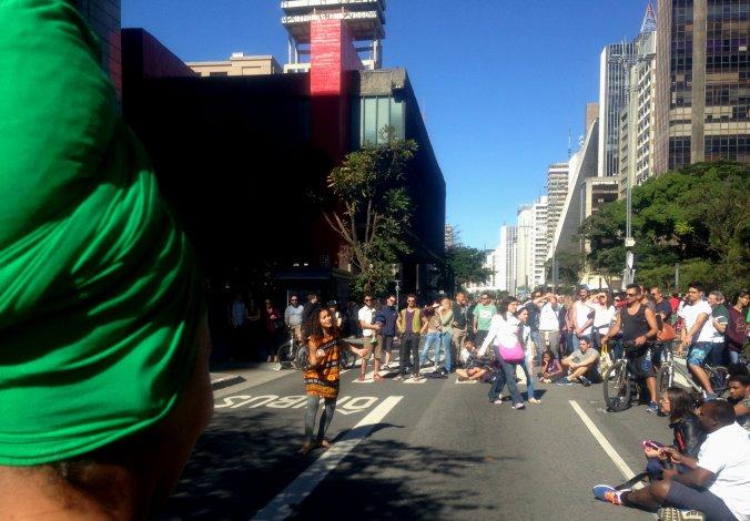 Grupo de dança afro atrai sempre uma plateia enorme na Paulista. Foto: Débora Costa e Silva