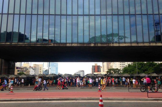 Feirinha do vão do Masp acontece já há mais de 25 anos aos domingos. Foto: Débora Costa e Silva