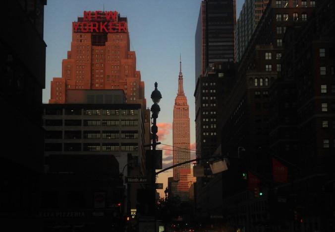 Empire State Building, ao lado do hotel New Yorker, compondo uma cena clássica de NYC. Foto: Débora Costa e Silva