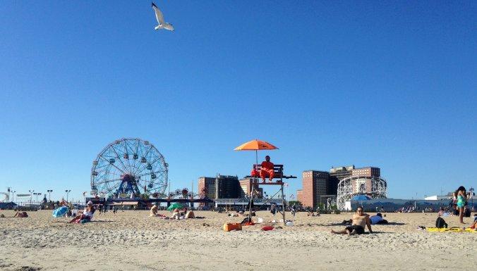 Praia de Coney Island, com a roda gigante clássica ao fundo. Foto: Débora Costa e Silva