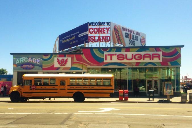 Primeira fachada que vemos ao sair do metrô de Coney Island. Foto: Débora Costa e Silva
