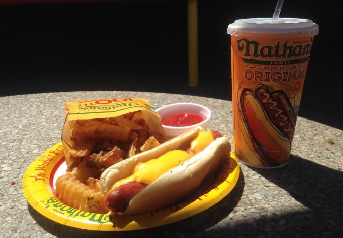 Meu almoço no Nathan's Famous: hot dog com queijo, fritas e refri, mais clássico impossível. Foto: Débora Costa e Silva