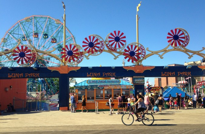 Fachada do principal parque de diversões, o Luna Park, e a oda gigante Wonder Wheel. Foto: Débora Costa e Silva
