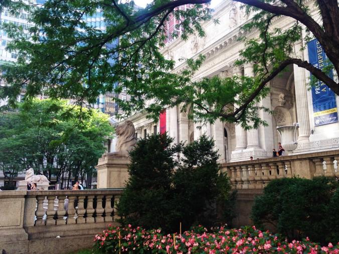 Biblioteca Pública de Nova York, rodeada de jardins, oferece aulas de inglês gratuitas. Foto: Débora Costa e Silva