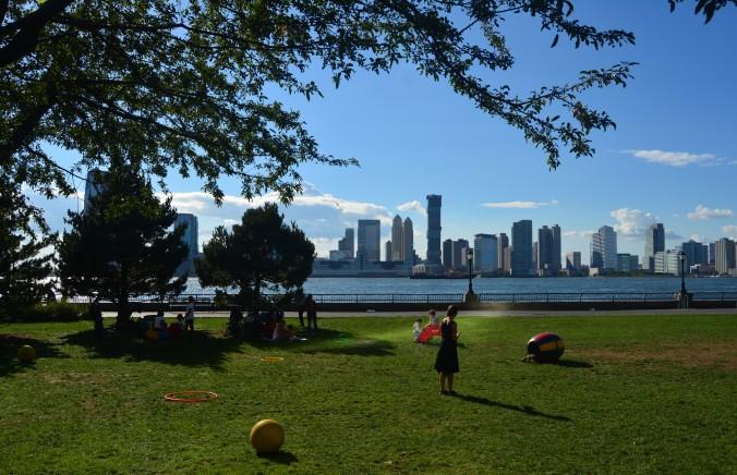 Hudson River Park, com vista para New Jersey, é um dos parques que são uma delícia de passear em NYC. Foto: Débora Costa e Silva