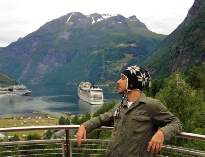 André curtindo o visual da Noruega, em uma das centenas de viagens que já fez a bordo de um navio de cruzeiro. Foto: Arquivo Pessoal