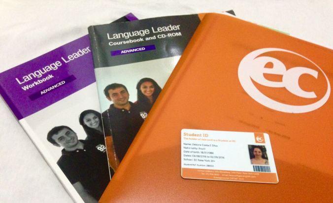 Material da EC English e a carteirinha de estudante da escola. Foto: Débora Costa e Silva
